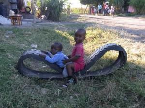 古タイヤで遊ぶジンバブエの子供